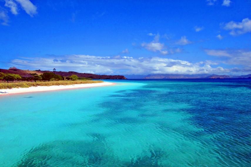 Keindahan pantai Pulau Padar