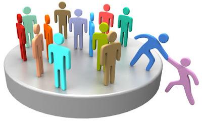 Descrição da imagem #PraCegoVer: Um desenho em computação gráfica de várias pessoas coloridas em cima de um cilindro branco largo que parece uma tampa de frasco. No canto direito do desenho, uma das pessoas acima do cilindro segura a mão de uma que está fora dele, para incluí-la no grupo em cima do objeto. Fim da descrição.
