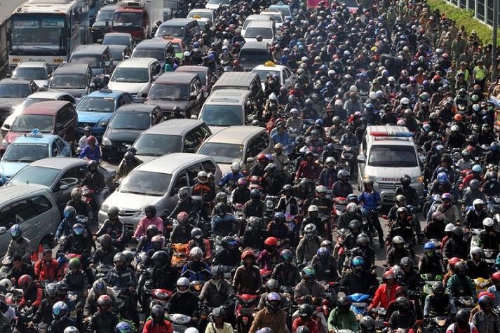 Setiap Tahun, Orang Jakarta Membuang Umur Seminggu di Jalan