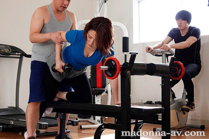 解密!那位在健身房和暗黑杰伦相爱相杀的大奶人妻是?