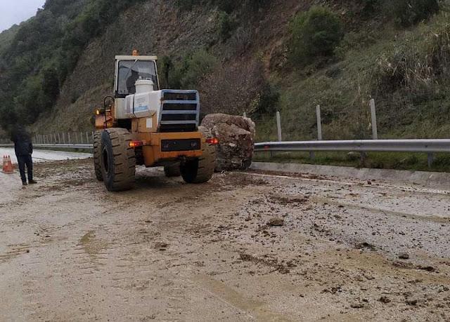 Θεσπρωτία: Κατρακύλησε βράχος μέσα στην Εγνατία, στο ύψος του Ελευθεροχωρίου, δεν υπήρξε ατύχημα!
