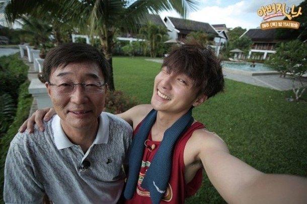 Roy Kim'in babası, oğlu için öğrencilerinden özür diledi