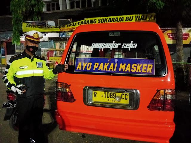 Sosialisasikan Penggunaan Masker Satlantas Polres Purbalingga Pasang Stiker di Angkutan Umum