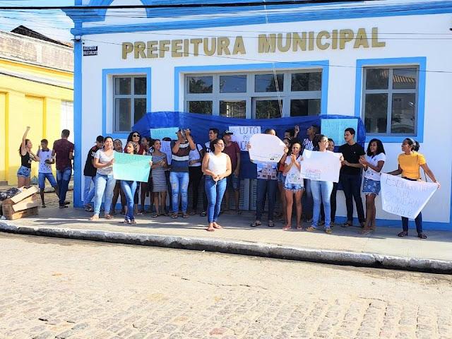 Em Pão de Açúcar, alunos protestam por transporte escolar, impedem acesso de funcionários à prefeitura e recebem apoio de Luciano Huck