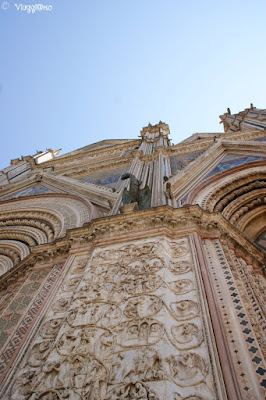 Gli splendidi bassorilievi e altri particolari della facciata del Duomo di Orvieto