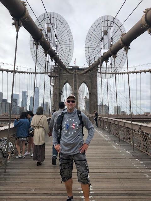 Ich stehe auf der berühmten Brooklyn Bridge mit Blick auf Manhattan