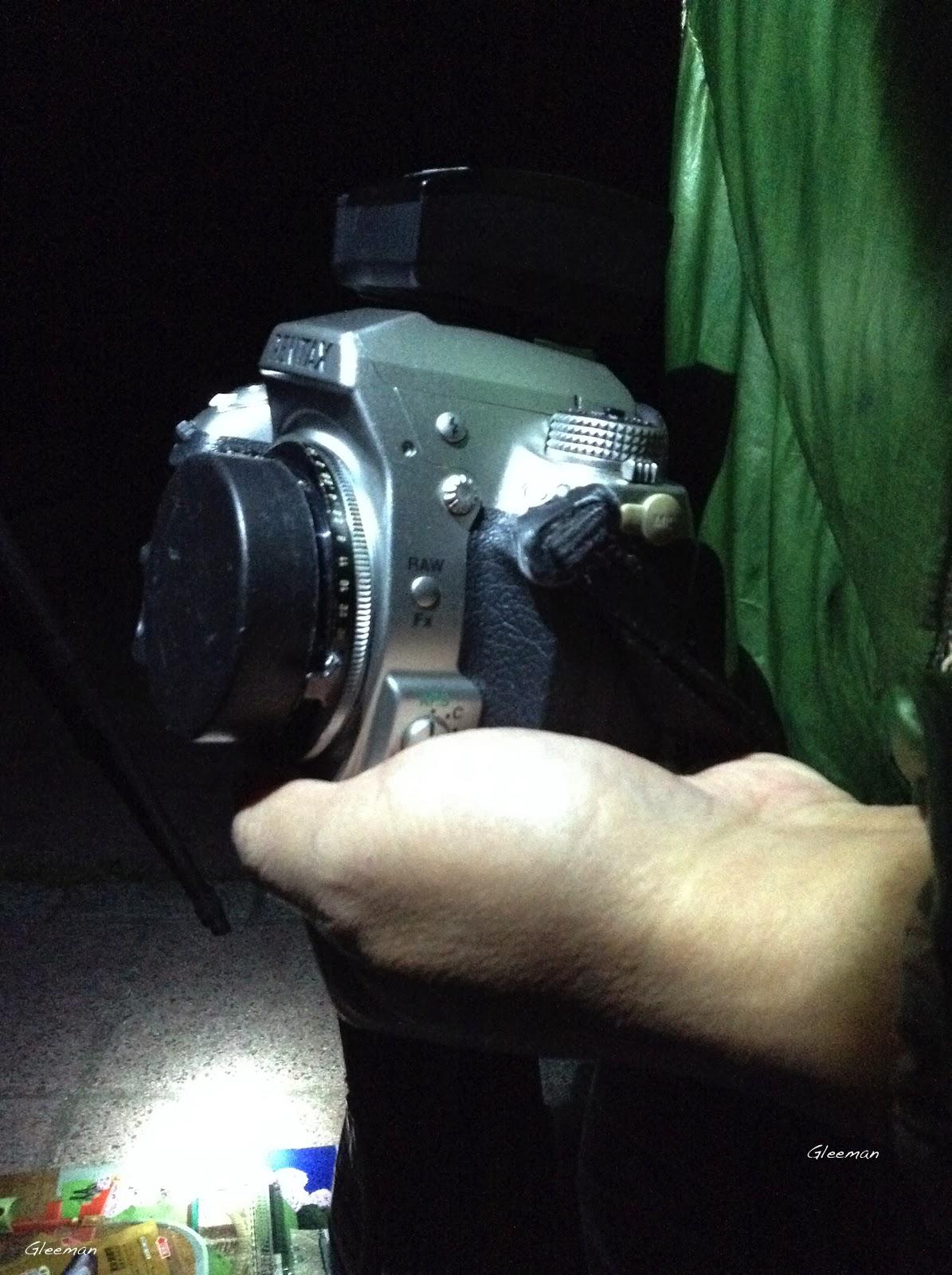 可以在不關機的狀態下把相機連百搭接環(for PK )一起轉下,這樣便可以很輕鬆做校正動作,只要前面稍微用個蓋子以手蓋住以免相機入塵即可。Pentax O-GPS1