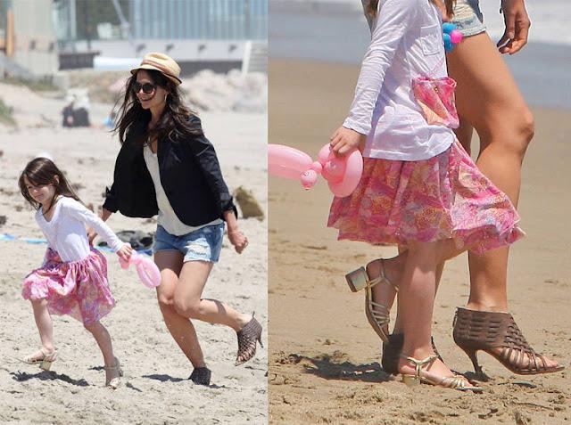 Suri Cruise e Kate de salto alto na praia