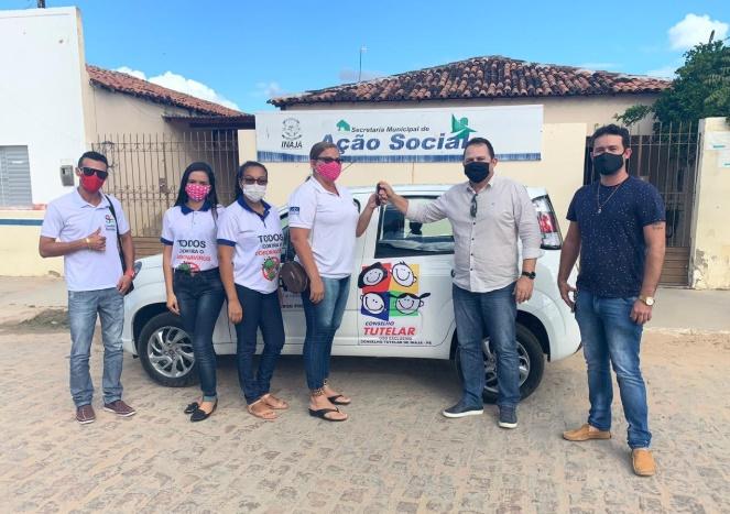 Prefeito de Inajá entrega carro ao Conselho Tutelar do Município