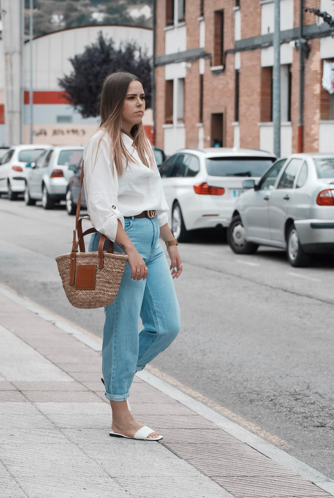 Outfit con sandalias blancas y slouchy