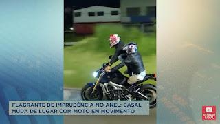 Em BH, casal troca de lugar com a motocicleta em movimento
