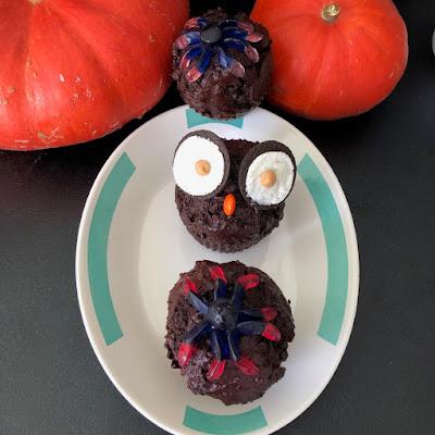 Muffins double chocolat d'Halloween, muffins hibou ou muffins avec un bonbon en forme d'araignée dessus