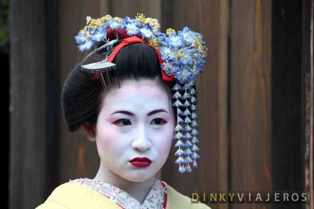 Joven japonesa vestida de geisha