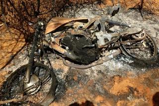 Homem tem moto queimada