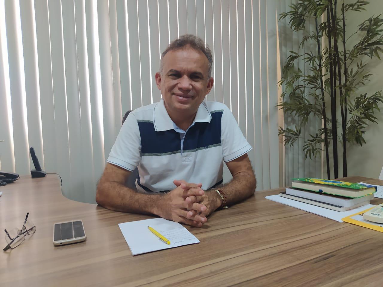 """Marcone Tavares dá início a trabalho na prefeitura de Aurora; """"Começou a gestão do povo"""", destaca novo prefeito"""