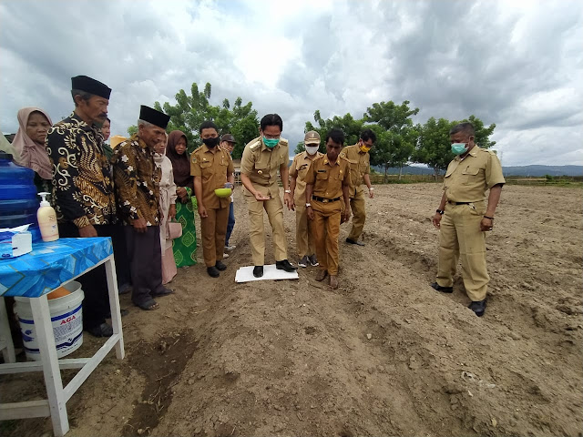 Bupati Moh Irwan didampingi Kadis Rahmad Iqbal Nurchalis, memulai penanaman bibit bantuan