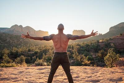 Hombre musculoso entrenando al aire libre