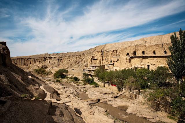 Đôn Hoàng là thị trấn nhỏ nằm trên một ốc đảo của sa mạc Gobi. Trước kia, nơi đây là một trong những điểm dừng quan trọng dọc con đường tơ lụa. Đôn Hoàng có khoảng 241 di tích lịch sử nằm rải rác bên trong và xung quanh thị trấn. Trong đó, hang động Mạc Cao đã được UNESSCO công nhận là Di sản văn hóa Phật giáo.