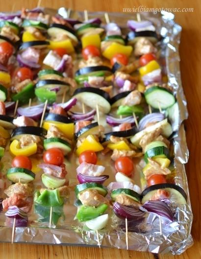 Szaszłyki z kurczakiem, wędzonym boczkiem i warzywami