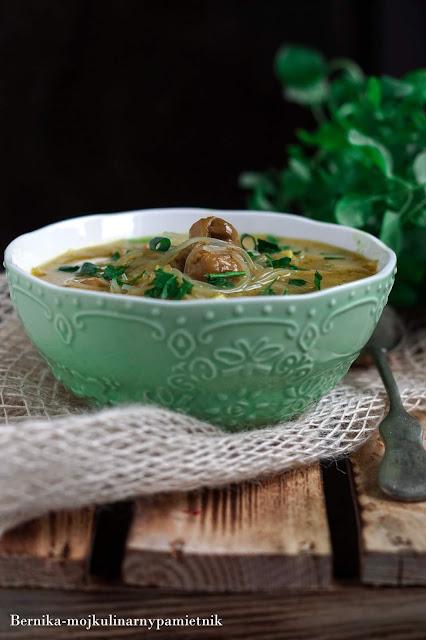 Zupa z zielonym curry z kurczakiem