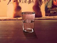 Letakan Satu Gelas Air Dibawah Tempat Tidur, Kamu Akan Terkejut Melihat Hasilnya