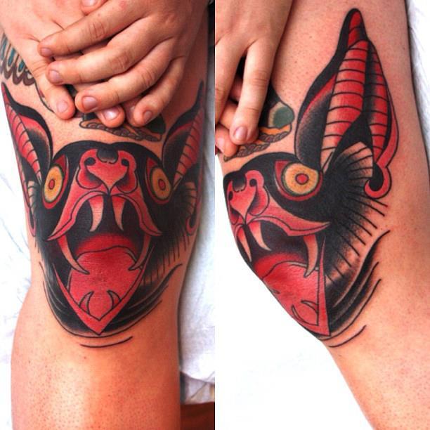 rodillas de una mujer lleva tatuados dos murcielagos