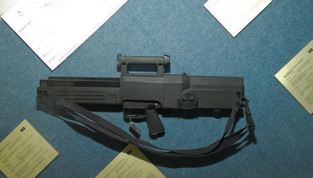 Súng trường tấn công bắn đạn không vỏ Heckler & Koch G11 RA phiên bản chính thức.