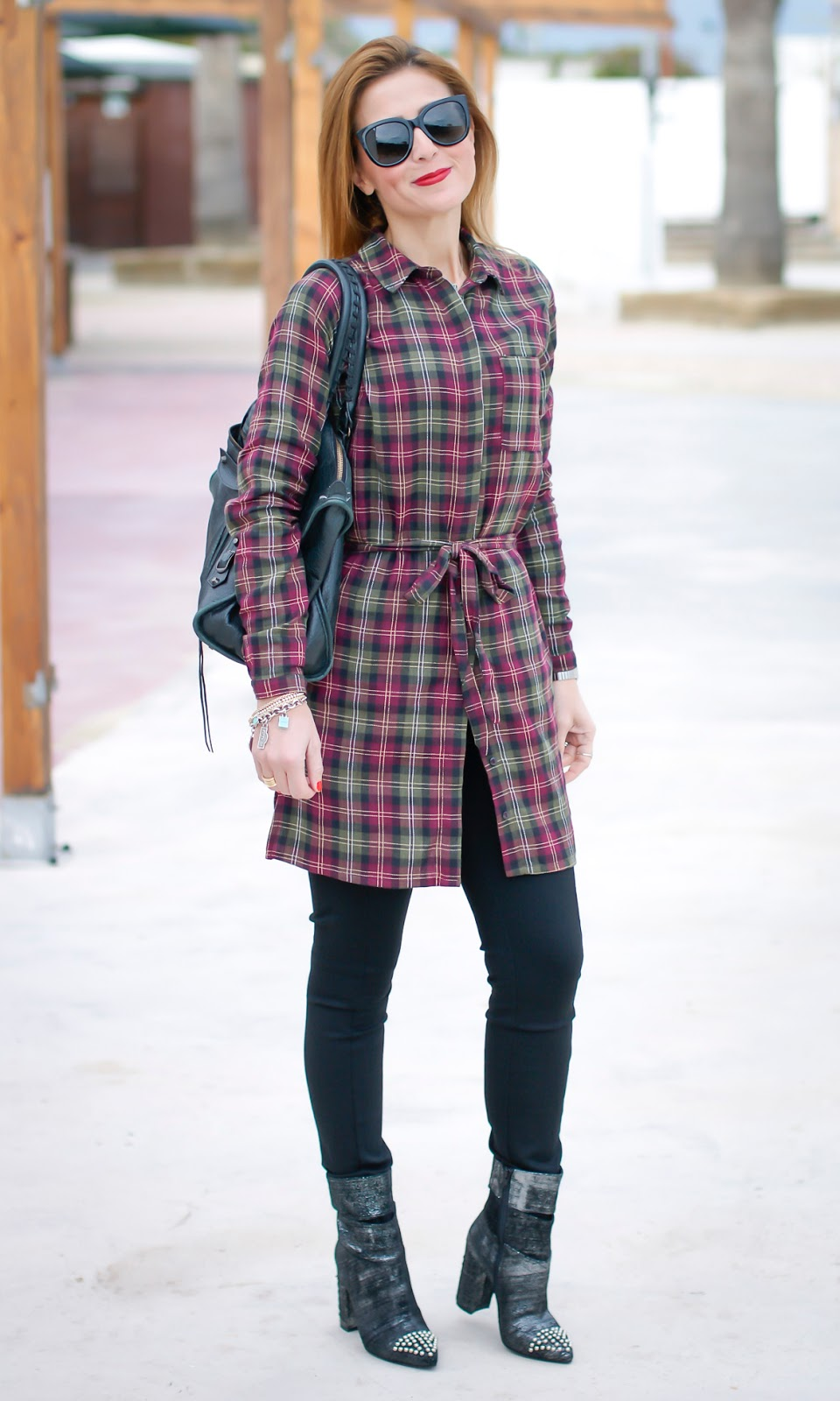 A touch of grunge rock style with Paramita Pujades dress on Fashion and Cookies fashion blog, fashion blogger style