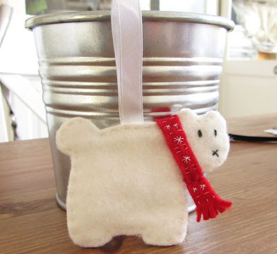 http://lacreatureandyou.com/2013/11/18/polar-bear-ornament-diy-tutorial/#more-2659