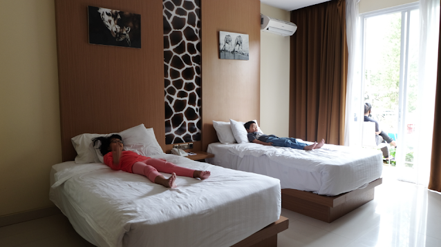 Kamar Giraffe Deluxe double bed Royal Safari Garden