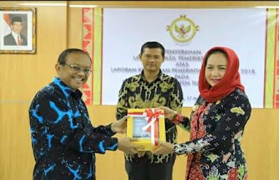 Didampingi Ketua DPRD, Bupati Winarti Menerima Langsung Opini WTP Dari BPK RI