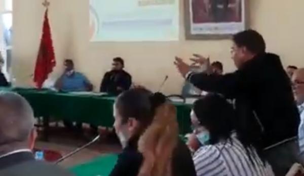 """بالفيديو: شبح العزل و السجن يهدد عضوا من """"البيجيدي"""" بعد قيامه بحركة """"لا أخلاقية"""" في حق مستشارة من حزب الحمامة"""