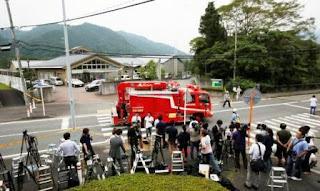 La policía en Sagamihara, en la Prefectura de Kanagawa, ubicada a unos 40 kilómetros al sudoeste de Tokio, arrestó a Satoshi Uematsu, de 26 años y exempleado de ese centro, reportaron medios japoneses. El personal del centro de discapacitados llamó a la policía a las 2.30 de la madrugada local de este martes (14.30 de ayer en Argentina) con reportes de que un hombre armado con un cuchillo estaba en la instalación Tsukui Yamayuri Garden, agregaron. Reportes de prensa informaron que el hombre se entregó posteriormente en una estación de policía cercana. Agentes estaban investigando sus posibles motivaciones.