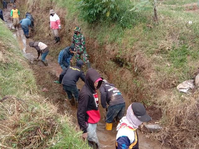 Satgas Sektor 21-18 Kolaborasi Bersama Desa Margamukti Bersihkan Saluran Alternatif Sungai