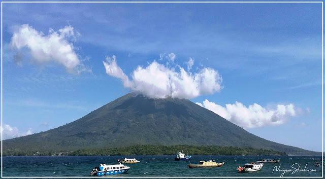 Gunung Gamalama dan Langit biru