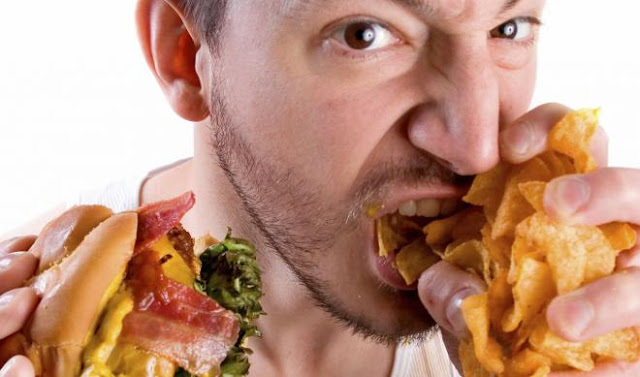 هل تشعر بالجوع بعد ليلة من الشرب؟ إليك الجواب العلمي