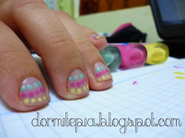 http://dormitepia.blogspot.com.ar/2013/04/unas-con-puntitos-diy.html