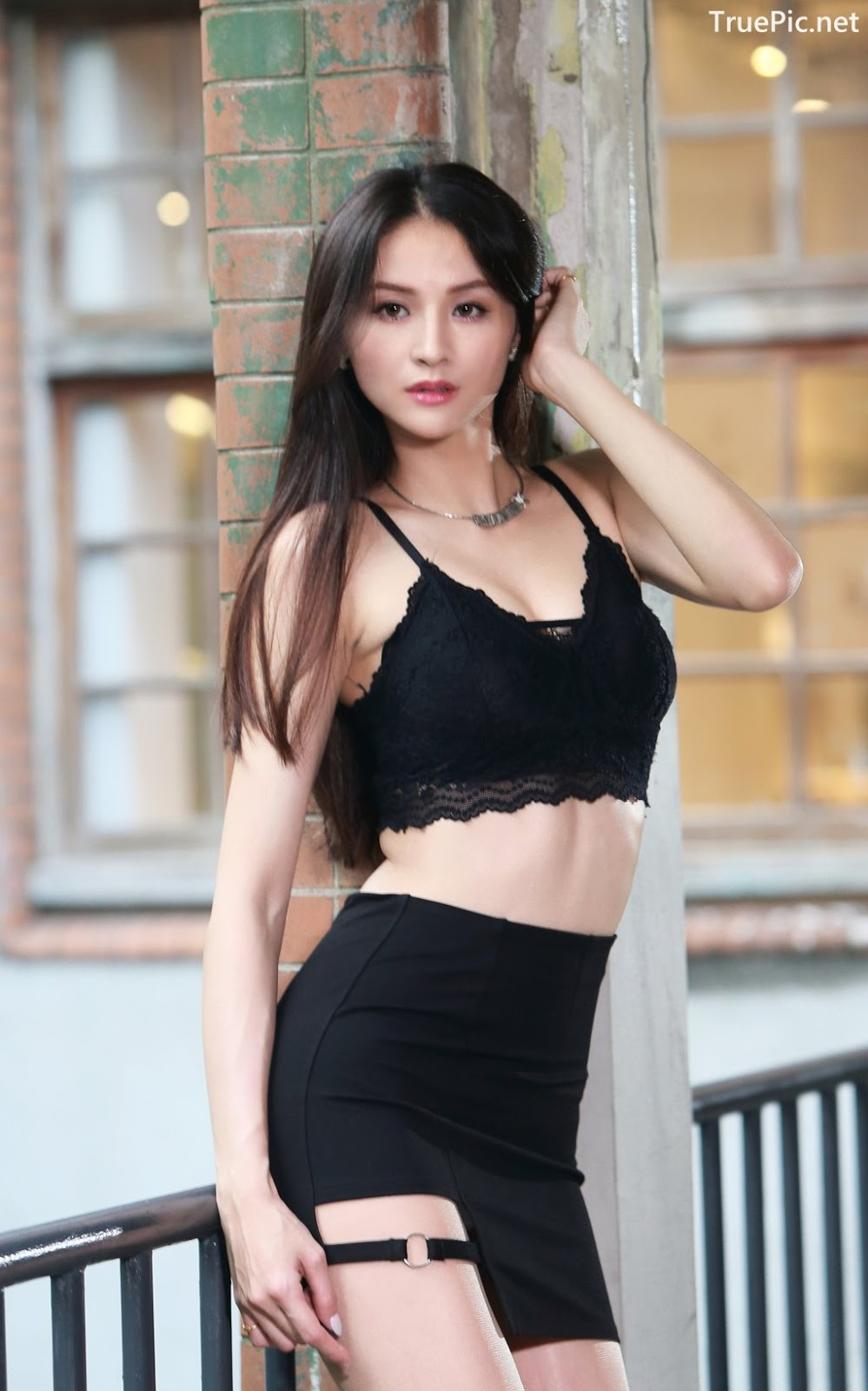 Image-Taiwanese-Beautiful-Long-Legs-Girl-雪岑Lola-Black-Sexy-Short-Pants-and-Crop-Top-Outfit-TruePic.net- Picture-21