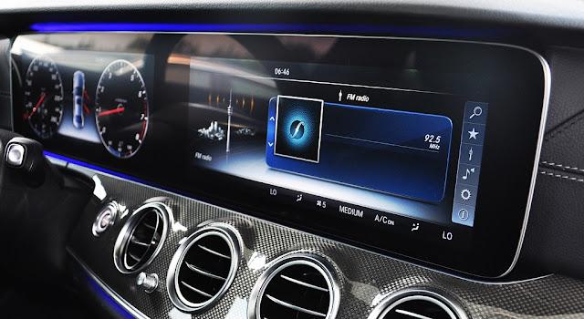 TMercedes E300 AMG 2018 sử dụng Màn hình màu trung tâm TFT và Màn hình đồng hồ phía trước Vô lăng có kích thước 12.3-inch