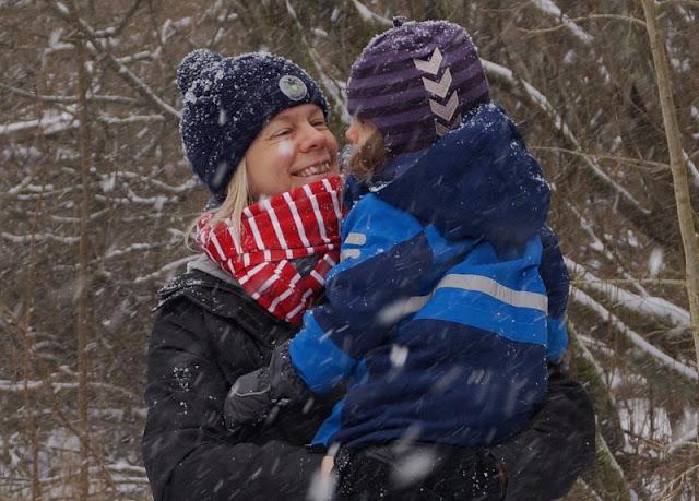 Rund um den Tröndelsee: Unser Winter-Spaziergang mit Schlitten. Küstenmami mit Kind im tiefen Schnee, im Winterwonderland!