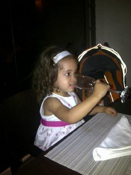 Hija tomando agua en copa