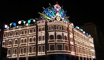 Foto do Palácio Avenida com luzes de Natal. A história do natal pelo mundo.