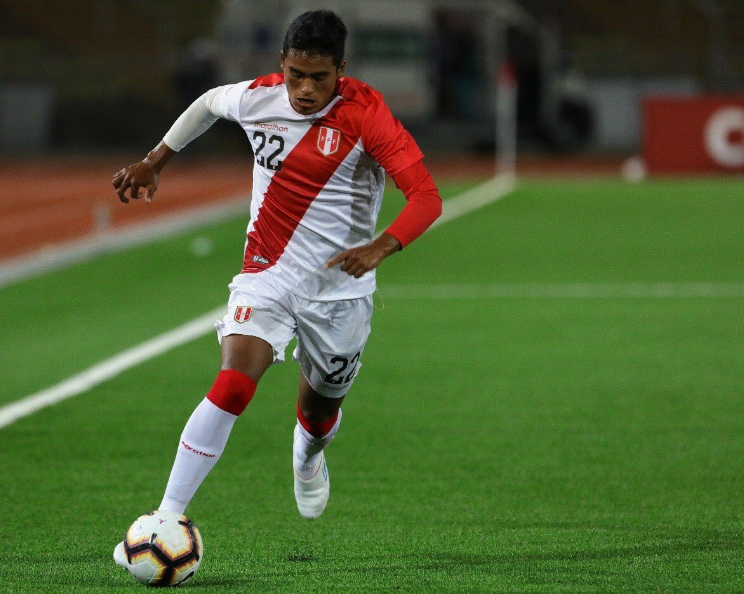 Kluiverth Aguilar attacking down the right flank for Peru's under 17 team
