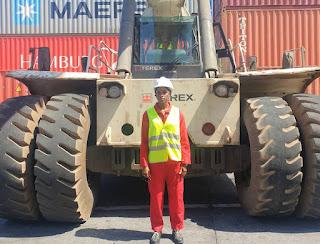 « C'est une très grande fierté pour moi d'être la première femme conductrice de reach stackers à Moroni Terminal»