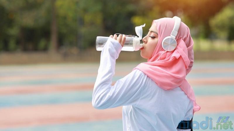 manfaat minum air putih 2 liter sehari bagi kulit