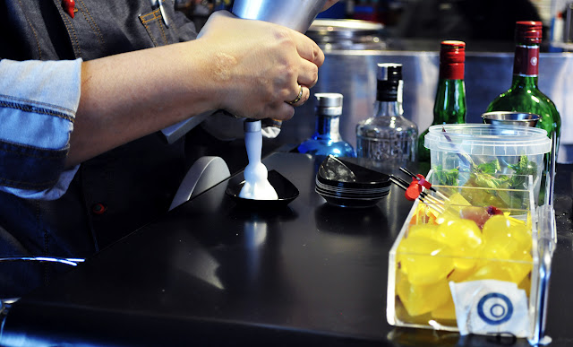La chef usa un sifón para crear una espuma de mojito
