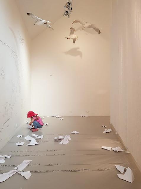 Im Watt in Dänemark: Unser Besuch im Vadehavscentret samt Wattenmeer-Tour. Auch für kleine Kinder gibt es viel zu entdecken und auszuprobieren. Wie fliegen die Zugvögel? Unser kleines Mädchen experimentiert.