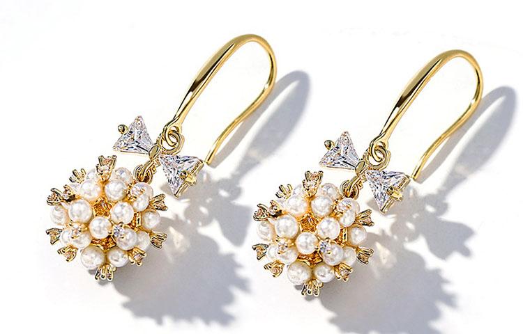 甜美擬珍珠花簇鋯石耳環