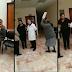 Abuelita enfurece y con carpeta en mano, se la parte en la cabeza a medico que se negó a darle consuta medica (VIDEO).