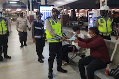 Polresta Bandara Soekarno-Hatta Bagikan Masker Kepada Pengunjung